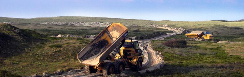 Panorama Muldenkipper bei Erdschüttung für Wegebau