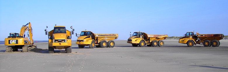 Muldenkipper-Flotte bei Erdarbeiten im Nassgebiet