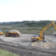 Bagger und Kipper Beladevorgang in Sandgrube